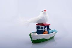 Λίγη ζωηρόχρωμη πρότυπη βάρκα με ένα πλαστό πουλί Στοκ Φωτογραφία