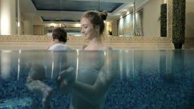 Λίγη κολύμβηση κοριτσάκι Μαθαίνοντας παιδί νηπίων για να κολυμπήσει φιλμ μικρού μήκους