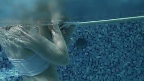 Λίγη κολύμβηση κοριτσάκι Μαθαίνοντας παιδί νηπίων για να κολυμπήσει απόθεμα βίντεο