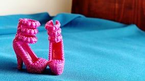 Λίγη κούκλα υψηλή βάζει τακούνια Στοκ εικόνα με δικαίωμα ελεύθερης χρήσης