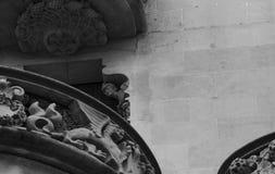 Λίγη κυρία που παρουσιάζει από τη γωνία παραθύρων Στοκ φωτογραφία με δικαίωμα ελεύθερης χρήσης