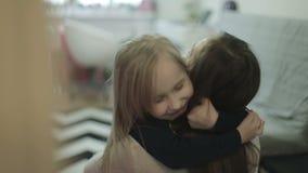 Λίγη κόρη ορμά στα όπλα μητέρων ` s στο σπίτι και της δίνει ένα μεγάλο αγκάλιασμα φιλμ μικρού μήκους
