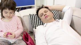 Λίγη κόρη που κάνει τη διασκέδαση με τον πατέρα ύπνου απόθεμα βίντεο