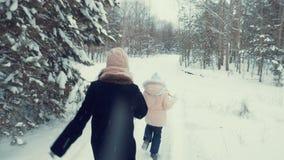 Λίγη κόρη που τρέχει από το mom της φιλμ μικρού μήκους
