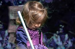 Λίγη μάγισσα, κορίτσι Α σε ένα κοστούμι μαγισσών, κορίτσι έντυσε ως μάγισσα στο δάσος με το καπέλο, αποκριές στοκ εικόνες με δικαίωμα ελεύθερης χρήσης