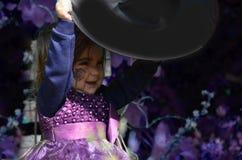 Λίγη μάγισσα, κορίτσι Α σε ένα κοστούμι μαγισσών, κορίτσι έντυσε ως μάγισσα στο δάσος με το καπέλο, αποκριές στοκ φωτογραφίες με δικαίωμα ελεύθερης χρήσης