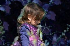 Λίγη μάγισσα, κορίτσι Α σε ένα κοστούμι μαγισσών, κορίτσι έντυσε ως μάγισσα στο δάσος με το καπέλο, αποκριές στοκ εικόνα