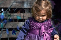 Λίγη μάγισσα, κορίτσι Α σε ένα κοστούμι μαγισσών, κορίτσι έντυσε ως μάγισσα στο δάσος με το καπέλο, αποκριές στοκ φωτογραφίες