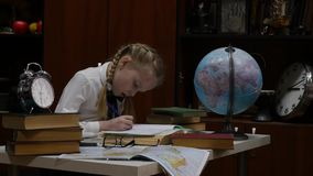 Λίγη μαθήτρια που στο σπίτι στον πίνακα, εκπαίδευση των παιδιών στο σπίτι 4K απόθεμα βίντεο