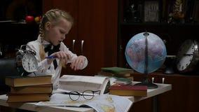 Λίγη μαθήτρια που στο σπίτι στον πίνακα, εκπαίδευση των παιδιών στο σπίτι o φιλμ μικρού μήκους