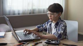 Λίγη μεγαλοφυία στα γυαλιά ασφάλειας που ψάχνουν τις σε απευθείας σύνδεση οδηγίες στις λεπτομέρειες PC φιλμ μικρού μήκους