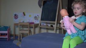 Λίγη μητέρα πράξεων παιδικού παιχνιδιού για το μωρό - παιχνίδι κουκλών φιλμ μικρού μήκους