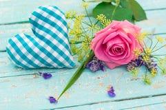 Λίγη μπλε καρδιά με την ανθοδέσμη του ροδαλού λουλουδιού για την ημέρα πατέρων ` s ή την ημέρα βαλεντίνων ` s Στοκ Εικόνες