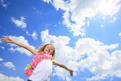 Λίγη ξανθή μύγα κοριτσιών υψηλή με τον ουρανό Στοκ φωτογραφία με δικαίωμα ελεύθερης χρήσης
