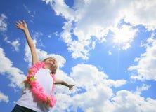 Λίγη ξανθή μύγα κοριτσιών υψηλή με τον ουρανό Στοκ εικόνες με δικαίωμα ελεύθερης χρήσης