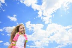 Λίγη ξανθή μύγα κοριτσιών υψηλή με τον ουρανό Στοκ Φωτογραφία