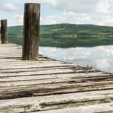 Λίγη ξύλινη αποβάθρα στη λίμνη βουνών - τετράγωνο Στοκ Φωτογραφίες
