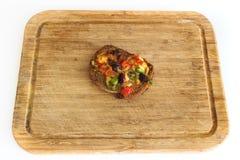Λίγη πίτσα στο choping πίνακα Στοκ φωτογραφία με δικαίωμα ελεύθερης χρήσης