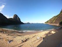 Λίγη παραλία από τους λόφους στοκ φωτογραφίες με δικαίωμα ελεύθερης χρήσης