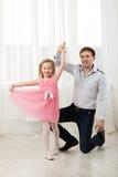 Λίγη πριγκήπισσα που χορεύει με τον πατέρα Στοκ Εικόνες