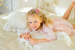 Λίγη πριγκήπισσα στο κρεβάτι Στοκ φωτογραφία με δικαίωμα ελεύθερης χρήσης