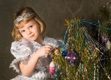 Λίγη πριγκήπισσα στο χριστουγεννιάτικο δέντρο στοκ εικόνα με δικαίωμα ελεύθερης χρήσης