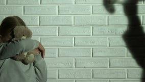 Λίγη σκιαγραφία προσοχής κορών του οινοπνεύματος κατανάλωσης γονέων, οικογενειακά προβλήματα απόθεμα βίντεο