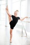 Λίγη στάση ballerina και πόδια τεντώματος στο στούντιο χορού Στοκ φωτογραφία με δικαίωμα ελεύθερης χρήσης