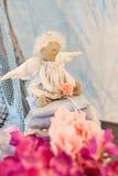 Λίγη συνεδρίαση κουκλών αγγέλου σε ένα μαξιλάρι βαλεντίνος ημέρας s Χέρι παιχνιδιών παιδιών ` s - που γίνεται Στοκ εικόνα με δικαίωμα ελεύθερης χρήσης