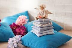 Λίγη συνεδρίαση κουκλών αγγέλου σε ένα μαξιλάρι βαλεντίνος ημέρας s Χέρι παιχνιδιών παιδιών ` s - που γίνεται Στοκ Εικόνα