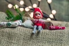 Λίγη συνεδρίαση στοιχειών αρωγών Santa με τις διακοπές Χριστουγέννων παρούσες Στοκ φωτογραφίες με δικαίωμα ελεύθερης χρήσης
