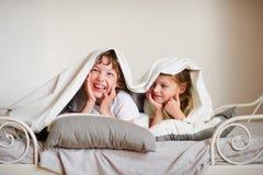 Λίγοι αδελφός και αδελφή έκαναν ένα παιχνίδι στο κρεβάτι στην κρεβατοκάμαρα Στοκ φωτογραφία με δικαίωμα ελεύθερης χρήσης