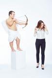 Λίγος άγγελος με ένα τόξο και μια επιχειρηματία Στοκ Φωτογραφία