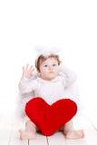 Λίγος άγγελος με την κόκκινη καρδιά που απομονώνεται στο λευκό Στοκ Φωτογραφίες