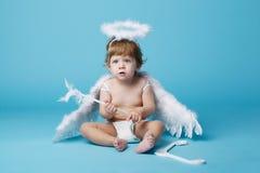 Λίγος άγγελος στο μπλε υπόβαθρο Στοκ Φωτογραφία