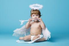 Λίγος άγγελος στο μπλε υπόβαθρο Στοκ Εικόνες