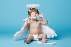 Λίγος άγγελος στο μπλε υπόβαθρο Στοκ Φωτογραφίες