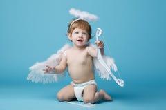 Λίγος άγγελος στο μπλε υπόβαθρο Στοκ φωτογραφία με δικαίωμα ελεύθερης χρήσης