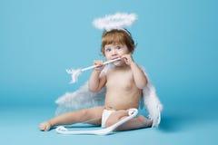 Λίγος άγγελος στο μπλε υπόβαθρο Στοκ Εικόνα