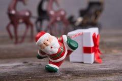 Λίγος Άγιος Βασίλης που τραβά το κιβώτιο δώρων Στοκ Εικόνες