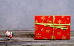 Λίγος Άγιος Βασίλης που τραβά το μεγάλο κιβώτιο δώρων Στοκ φωτογραφίες με δικαίωμα ελεύθερης χρήσης