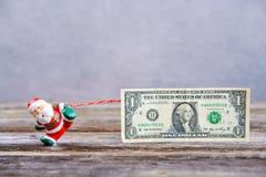 Λίγος Άγιος Βασίλης που τραβά το μεγάλο τραπεζογραμμάτιο Στοκ φωτογραφίες με δικαίωμα ελεύθερης χρήσης