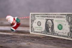Λίγος Άγιος Βασίλης που τραβά το μεγάλο τραπεζογραμμάτιο Στοκ Εικόνες