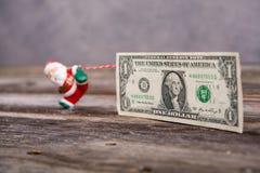 Λίγος Άγιος Βασίλης που τραβά το μεγάλο τραπεζογραμμάτιο Στοκ φωτογραφία με δικαίωμα ελεύθερης χρήσης