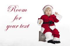 Λίγος Άγιος Βασίλης κάθισε σε Χριστούγεννα στο χιόνι Στοκ Φωτογραφία
