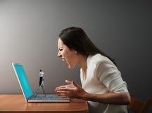 Λίγος άνδρας από τη τεχνική υποστήριξη που εξετάζει τη γυναίκα Στοκ εικόνα με δικαίωμα ελεύθερης χρήσης