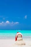 Λίγος αμμώδης χιονάνθρωπος με το κόκκινο καπέλο Santa στο λευκό Στοκ εικόνες με δικαίωμα ελεύθερης χρήσης