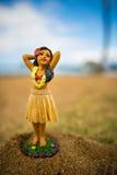 Λίγος αριθμός χορευτών hula στην άμμο Στοκ Εικόνα