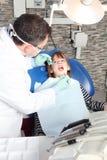 Λίγος ασθενής στο γραφείο οδοντιάτρων Στοκ Εικόνες
