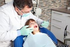 Λίγος ασθενής στο γραφείο οδοντιάτρων Στοκ Εικόνα